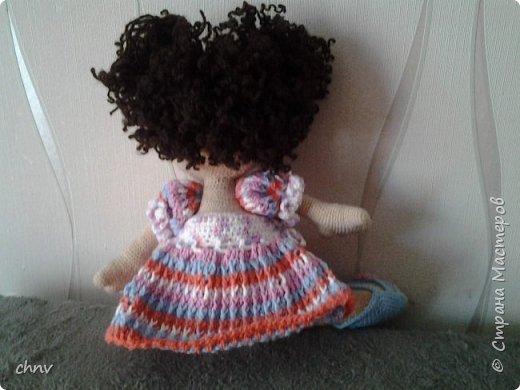 На день рождение любимой внучки связала куклу Ириску(автор Мария Сосова).Довольно большая-около 50 см.Такая смешная кривоножка.Глазки связаны крючком(черное),блик и голубое-вышито.В оригинале глаза покупные. фото 2