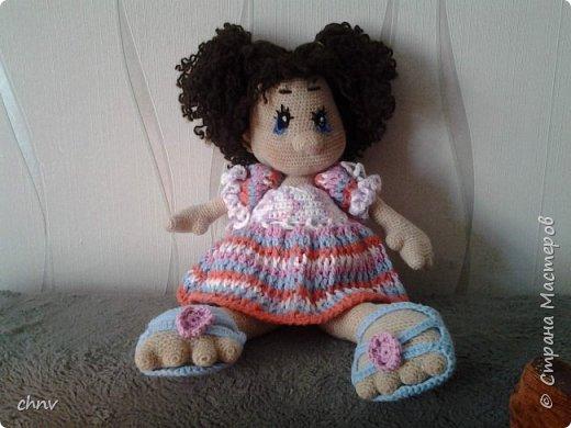 На день рождение любимой внучки связала куклу Ириску(автор Мария Сосова).Довольно большая-около 50 см.Такая смешная кривоножка.Глазки связаны крючком(черное),блик и голубое-вышито.В оригинале глаза покупные. фото 1