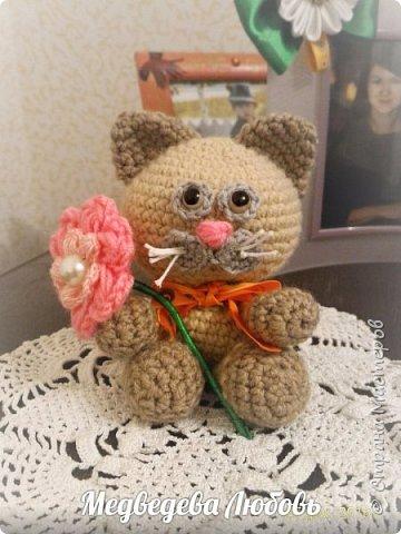 """Вязанная игрушка """"Котик с цветком"""" фото 1"""