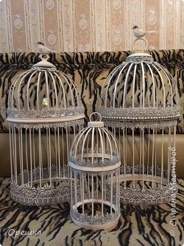 Здравствуйте, друзья! Сегодня покажу вам как я делала с нуля птичью клетку в стиле прованс. Прованс или французский кантри, это не просто стиль в дизайне интерьера, а уникальная возможность окунуться в атмосферу покоя и уюта, почувствовать легкость и близость природы, наполнить жизнь миром и гармонией. Стиль прованс в интерьере очень популярен сегодня: его выбирают люди, которые устали от показной роскоши, которые хотят привнести в интерьер романтическую атмосферу сельской жизни, и просто утонченные натуры. На первый взгляд может показаться, что этот стиль мало подходит для интерьеров современных городских квартир, но это не так. Он способен принести свет, тепло, приятные естественные оттенки и вдохновляющую тишину, которых так не хватает жителям больших городов. фото 33