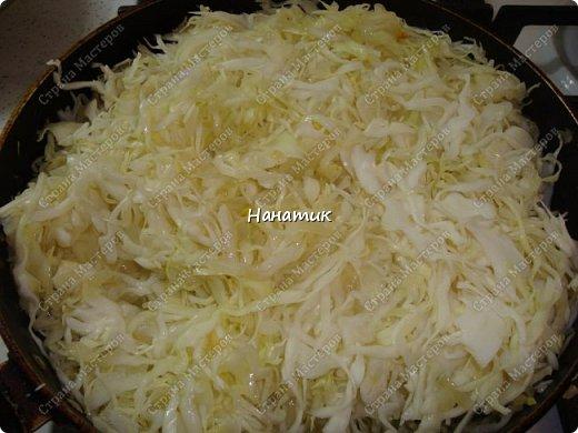 Добрый вечер! Хочу поделиться с вами моим самым любимым рецептом капусты. Экспериментируя я пришла к своему идеальному сочетанию продуктов) -5 средних луковиц -растит.масло для жарки -вилок капусты -томат примерно 300мл -2 зубчика чеснока -соль по вкусу -сахар по вкусу -томатная паста 2 ст.л. -зелень укропа 50г фото 5
