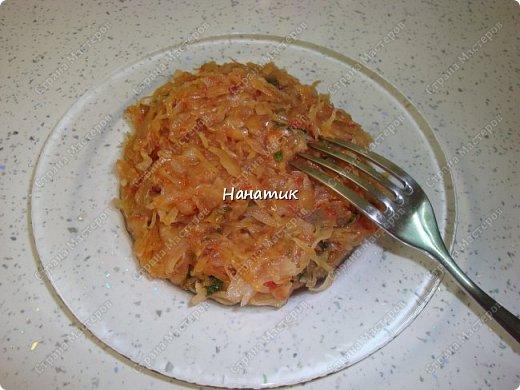 Добрый вечер! Хочу поделиться с вами моим самым любимым рецептом капусты. Экспериментируя я пришла к своему идеальному сочетанию продуктов) -5 средних луковиц -растит.масло для жарки -вилок капусты -томат примерно 300мл -2 зубчика чеснока -соль по вкусу -сахар по вкусу -томатная паста 2 ст.л. -зелень укропа 50г фото 10