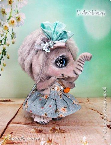"""Малышка Ромашка из моей новой коллекции: """"Сладкие детки"""". Ромашка сшита полностью вручную по новой выкройке из миништофа и мохера с густым и длинным ворсом. Головушка на двойном шплинте, а лапки, на т-образном. Веки, нос и пяточки - натуральная кожа. Платюшко сшито из хлопковой ткани полностью вручную. НА головушке цветок, сделанный из шелковой ленты. Ботиночки сшиты из кожи и украшены шелковыми лентами. Сама стоит. Хвостик армирован. Довольно тяжеленькая)) фото 2"""
