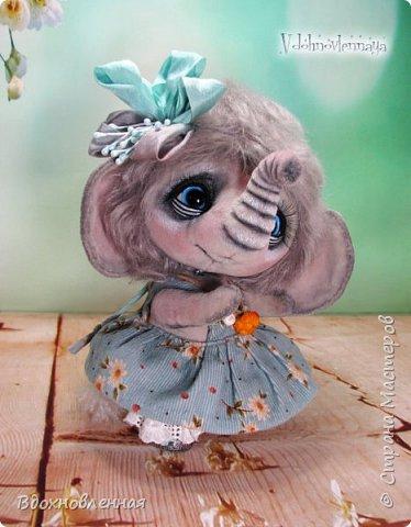 """Малышка Ромашка из моей новой коллекции: """"Сладкие детки"""". Ромашка сшита полностью вручную по новой выкройке из миништофа и мохера с густым и длинным ворсом. Головушка на двойном шплинте, а лапки, на т-образном. Веки, нос и пяточки - натуральная кожа. Платюшко сшито из хлопковой ткани полностью вручную. НА головушке цветок, сделанный из шелковой ленты. Ботиночки сшиты из кожи и украшены шелковыми лентами. Сама стоит. Хвостик армирован. Довольно тяжеленькая)) фото 3"""
