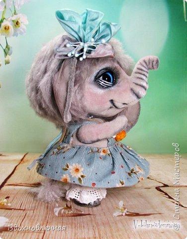 """Малышка Ромашка из моей новой коллекции: """"Сладкие детки"""". Ромашка сшита полностью вручную по новой выкройке из миништофа и мохера с густым и длинным ворсом. Головушка на двойном шплинте, а лапки, на т-образном. Веки, нос и пяточки - натуральная кожа. Платюшко сшито из хлопковой ткани полностью вручную. НА головушке цветок, сделанный из шелковой ленты. Ботиночки сшиты из кожи и украшены шелковыми лентами. Сама стоит. Хвостик армирован. Довольно тяжеленькая)) фото 4"""