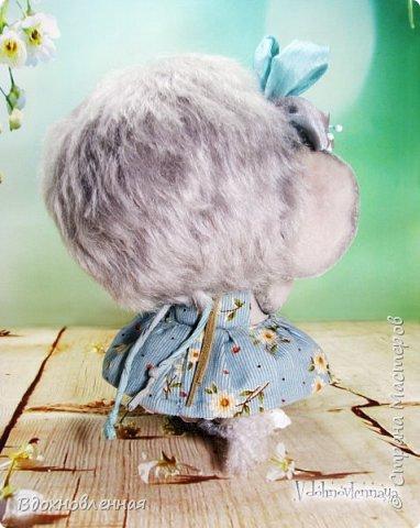 """Малышка Ромашка из моей новой коллекции: """"Сладкие детки"""". Ромашка сшита полностью вручную по новой выкройке из миништофа и мохера с густым и длинным ворсом. Головушка на двойном шплинте, а лапки, на т-образном. Веки, нос и пяточки - натуральная кожа. Платюшко сшито из хлопковой ткани полностью вручную. НА головушке цветок, сделанный из шелковой ленты. Ботиночки сшиты из кожи и украшены шелковыми лентами. Сама стоит. Хвостик армирован. Довольно тяжеленькая)) фото 5"""