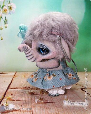 """Малышка Ромашка из моей новой коллекции: """"Сладкие детки"""". Ромашка сшита полностью вручную по новой выкройке из миништофа и мохера с густым и длинным ворсом. Головушка на двойном шплинте, а лапки, на т-образном. Веки, нос и пяточки - натуральная кожа. Платюшко сшито из хлопковой ткани полностью вручную. НА головушке цветок, сделанный из шелковой ленты. Ботиночки сшиты из кожи и украшены шелковыми лентами. Сама стоит. Хвостик армирован. Довольно тяжеленькая)) фото 6"""