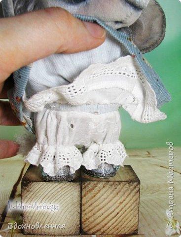 """Малышка Ромашка из моей новой коллекции: """"Сладкие детки"""". Ромашка сшита полностью вручную по новой выкройке из миништофа и мохера с густым и длинным ворсом. Головушка на двойном шплинте, а лапки, на т-образном. Веки, нос и пяточки - натуральная кожа. Платюшко сшито из хлопковой ткани полностью вручную. НА головушке цветок, сделанный из шелковой ленты. Ботиночки сшиты из кожи и украшены шелковыми лентами. Сама стоит. Хвостик армирован. Довольно тяжеленькая)) фото 7"""