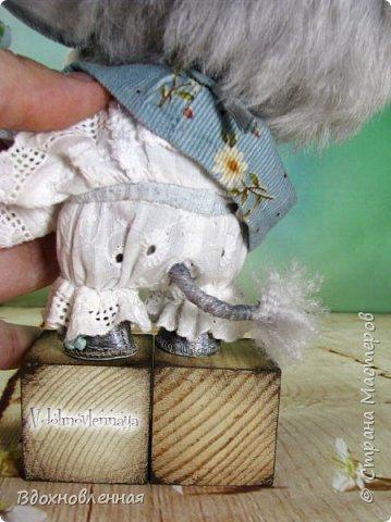 """Малышка Ромашка из моей новой коллекции: """"Сладкие детки"""". Ромашка сшита полностью вручную по новой выкройке из миништофа и мохера с густым и длинным ворсом. Головушка на двойном шплинте, а лапки, на т-образном. Веки, нос и пяточки - натуральная кожа. Платюшко сшито из хлопковой ткани полностью вручную. НА головушке цветок, сделанный из шелковой ленты. Ботиночки сшиты из кожи и украшены шелковыми лентами. Сама стоит. Хвостик армирован. Довольно тяжеленькая)) фото 8"""