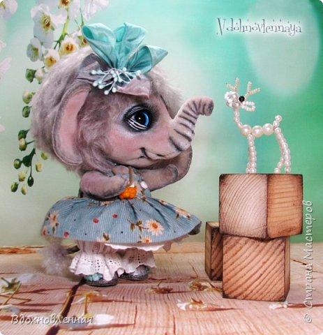 """Малышка Ромашка из моей новой коллекции: """"Сладкие детки"""". Ромашка сшита полностью вручную по новой выкройке из миништофа и мохера с густым и длинным ворсом. Головушка на двойном шплинте, а лапки, на т-образном. Веки, нос и пяточки - натуральная кожа. Платюшко сшито из хлопковой ткани полностью вручную. НА головушке цветок, сделанный из шелковой ленты. Ботиночки сшиты из кожи и украшены шелковыми лентами. Сама стоит. Хвостик армирован. Довольно тяжеленькая)) фото 9"""