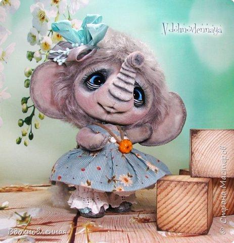 """Малышка Ромашка из моей новой коллекции: """"Сладкие детки"""". Ромашка сшита полностью вручную по новой выкройке из миништофа и мохера с густым и длинным ворсом. Головушка на двойном шплинте, а лапки, на т-образном. Веки, нос и пяточки - натуральная кожа. Платюшко сшито из хлопковой ткани полностью вручную. НА головушке цветок, сделанный из шелковой ленты. Ботиночки сшиты из кожи и украшены шелковыми лентами. Сама стоит. Хвостик армирован. Довольно тяжеленькая)) фото 10"""