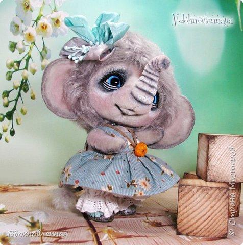 """Малышка Ромашка из моей новой коллекции: """"Сладкие детки"""". Ромашка сшита полностью вручную по новой выкройке из миништофа и мохера с густым и длинным ворсом. Головушка на двойном шплинте, а лапки, на т-образном. Веки, нос и пяточки - натуральная кожа. Платюшко сшито из хлопковой ткани полностью вручную. НА головушке цветок, сделанный из шелковой ленты. Ботиночки сшиты из кожи и украшены шелковыми лентами. Сама стоит. Хвостик армирован. Довольно тяжеленькая)) фото 11"""
