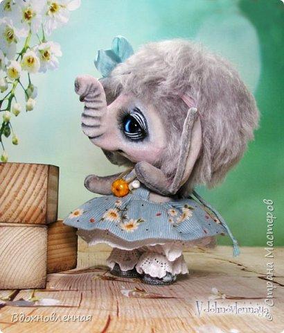 """Малышка Ромашка из моей новой коллекции: """"Сладкие детки"""". Ромашка сшита полностью вручную по новой выкройке из миништофа и мохера с густым и длинным ворсом. Головушка на двойном шплинте, а лапки, на т-образном. Веки, нос и пяточки - натуральная кожа. Платюшко сшито из хлопковой ткани полностью вручную. НА головушке цветок, сделанный из шелковой ленты. Ботиночки сшиты из кожи и украшены шелковыми лентами. Сама стоит. Хвостик армирован. Довольно тяжеленькая)) фото 12"""