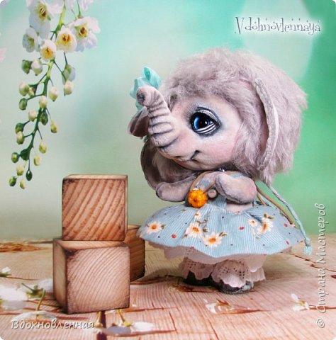 """Малышка Ромашка из моей новой коллекции: """"Сладкие детки"""". Ромашка сшита полностью вручную по новой выкройке из миништофа и мохера с густым и длинным ворсом. Головушка на двойном шплинте, а лапки, на т-образном. Веки, нос и пяточки - натуральная кожа. Платюшко сшито из хлопковой ткани полностью вручную. НА головушке цветок, сделанный из шелковой ленты. Ботиночки сшиты из кожи и украшены шелковыми лентами. Сама стоит. Хвостик армирован. Довольно тяжеленькая)) фото 13"""