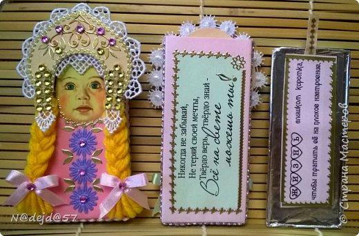 """Приветствую  всех  жителей  нашей Страны мастеров!  Как обещала, здесь я покажу как делаю упаковочку для шоколадок в мягкой  бумажной упаковке.  Как украшать и чем  можно посмотреть здесь:  http://stranamasterov.ru/node/1084936#comment-14603330 Все  сейчас делают подарки к предстоящему великому празднику ПАСХА.  Вот я решила сделать такой наряд для """"Аленки""""... к Пасхе..... Эта первая такая """"Аленка"""" можно сказать экспериментальный экземпляр.  Спешу поделится, чтобы вы тоже успели сделать  вместе с детьми такой подарок к ПАСХЕ. фото 35"""