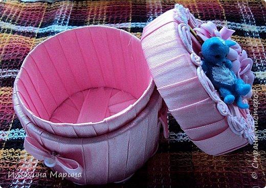 Здравствуйте, мои дорогие соседи по СМ!!!! Спешу похвалиться своими очередными поделочками-шкатулочками с цветами из фома.А хорошо ли получилось судить вам!!! Материал-фом,косая бейка,полубусины,тесьма и картон от скотча. фото 2