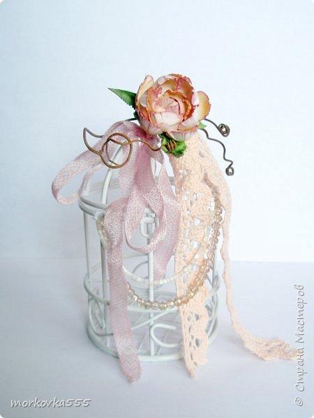 Недавно купила в Фикс Прайсе декоративную клетку. Зачем, не знаю:), но сразу понравилась. Привлекла её воздушность. Вот и решила её украсить. Добавила хлопковое кружево, ленты винтажные, виноградную лозу, стеклянные бусины и бисер. Венцом стала сделанная вручную роза из акварельной бумаги. В общем, мне нравится!  фото 1