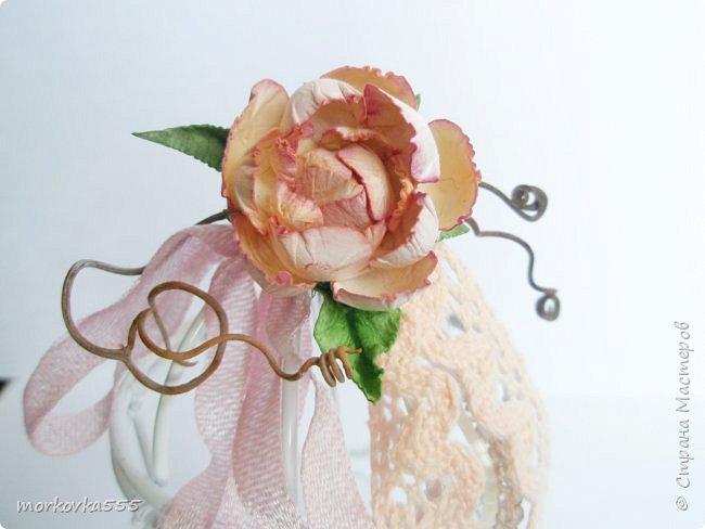 Недавно купила в Фикс Прайсе декоративную клетку. Зачем, не знаю:), но сразу понравилась. Привлекла её воздушность. Вот и решила её украсить. Добавила хлопковое кружево, ленты винтажные, виноградную лозу, стеклянные бусины и бисер. Венцом стала сделанная вручную роза из акварельной бумаги. В общем, мне нравится!  фото 3