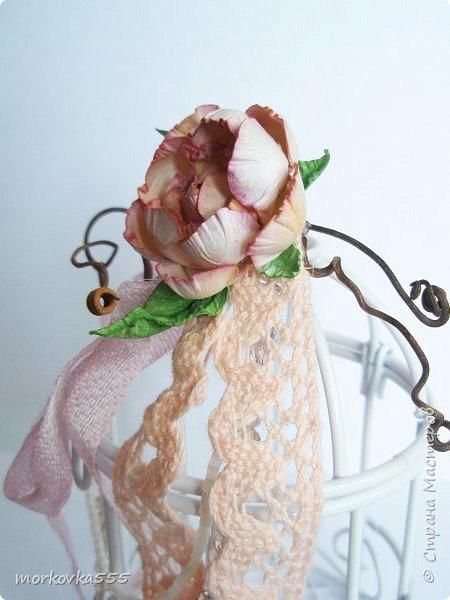 Недавно купила в Фикс Прайсе декоративную клетку. Зачем, не знаю:), но сразу понравилась. Привлекла её воздушность. Вот и решила её украсить. Добавила хлопковое кружево, ленты винтажные, виноградную лозу, стеклянные бусины и бисер. Венцом стала сделанная вручную роза из акварельной бумаги. В общем, мне нравится!  фото 4