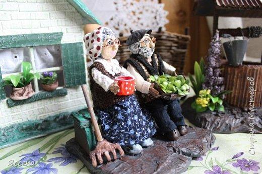 """Доброго времени суток всем жителям, гостям и просто прохожим замечательной Страны мастеров! Хочу поделиться с вами своей, пожалуй, самой масштабной на сегодняшний день созданной миниатюрой. Воспитатель в детском саду попросила сделать что-нибудь (!) на тему """"в гости к бабушке с дедушкой"""" и вот на свет появился такой уголок, родом из детства... Моих бабушки с дедом нет уже давно, но самыми счастливыми моментами жизни, бережно хранимыми в сердце, являются как раз те, которые связаны с летними каникулами и поездкой к бабушке. И до сих пор в памяти так четко хранится запах мокрых кустов в огороде после дождя, дедова """"купалка""""-баня, собранная из всего, что только можно вообразить, вечерние посиделки с семечками на лавочке под кухней и сладкий-сладкий сон, и утро нового дня, который обязательно начнется с бабушкиных оладушков!    фото 7"""