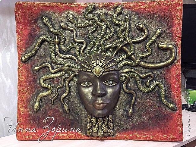 Миф о Медузе:   Медуза Горгона- мифическое создание, жившее на севере.   Титанида Медуза умела летать и предсказывать будущее,  отличалась несравненной красой и свободной волей.  Её красота очаровала Посейдона, а вольность возмутила Афину.  Вступив в сговор, олимпийцы пленили Медузу, и Посейдон, надругавшись над ней,   лишил её магической силы и бессмертия. Афина жестоко отомстила титаниде по-другому,  превратив её в чудовище со змеями вместо волос. От этих ужасных испытаний  открылась Медузе бездна человеческого страдания, и окаменел от этой невыносимой муки её взгляд.  Но и этого Афине показалось мало. По поручению богини Персей отсек Медузе голову.  Из тела Горгоны родился Пегас, кровь титаниды использовалась Асклепием в качестве живой и мертвой воды,  а её головой Афина украсила свой щит.... фото 1
