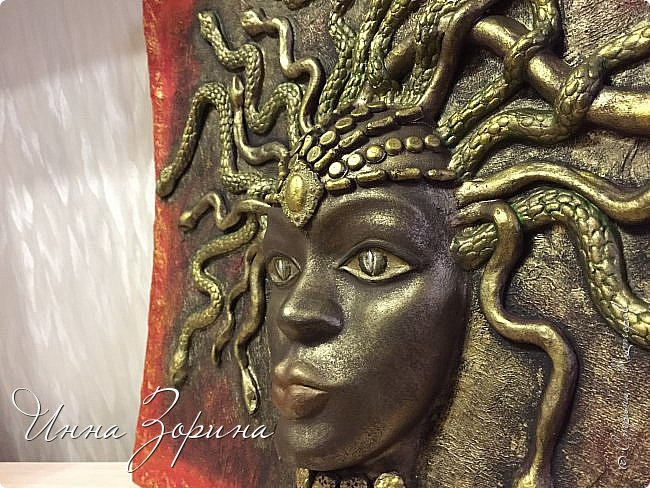 Миф о Медузе:   Медуза Горгона- мифическое создание, жившее на севере.   Титанида Медуза умела летать и предсказывать будущее,  отличалась несравненной красой и свободной волей.  Её красота очаровала Посейдона, а вольность возмутила Афину.  Вступив в сговор, олимпийцы пленили Медузу, и Посейдон, надругавшись над ней,   лишил её магической силы и бессмертия. Афина жестоко отомстила титаниде по-другому,  превратив её в чудовище со змеями вместо волос. От этих ужасных испытаний  открылась Медузе бездна человеческого страдания, и окаменел от этой невыносимой муки её взгляд.  Но и этого Афине показалось мало. По поручению богини Персей отсек Медузе голову.  Из тела Горгоны родился Пегас, кровь титаниды использовалась Асклепием в качестве живой и мертвой воды,  а её головой Афина украсила свой щит.... фото 3