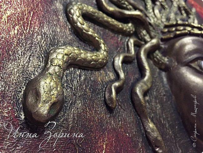 Миф о Медузе:   Медуза Горгона- мифическое создание, жившее на севере.   Титанида Медуза умела летать и предсказывать будущее,  отличалась несравненной красой и свободной волей.  Её красота очаровала Посейдона, а вольность возмутила Афину.  Вступив в сговор, олимпийцы пленили Медузу, и Посейдон, надругавшись над ней,   лишил её магической силы и бессмертия. Афина жестоко отомстила титаниде по-другому,  превратив её в чудовище со змеями вместо волос. От этих ужасных испытаний  открылась Медузе бездна человеческого страдания, и окаменел от этой невыносимой муки её взгляд.  Но и этого Афине показалось мало. По поручению богини Персей отсек Медузе голову.  Из тела Горгоны родился Пегас, кровь титаниды использовалась Асклепием в качестве живой и мертвой воды,  а её головой Афина украсила свой щит.... фото 8