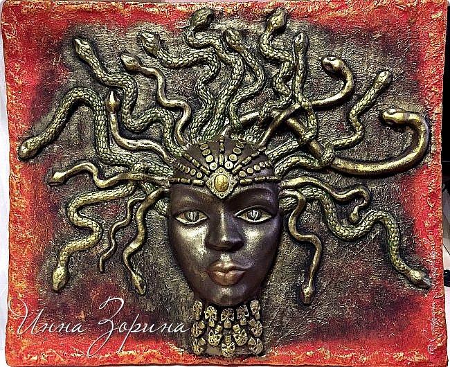 Миф о Медузе:   Медуза Горгона- мифическое создание, жившее на севере.   Титанида Медуза умела летать и предсказывать будущее,  отличалась несравненной красой и свободной волей.  Её красота очаровала Посейдона, а вольность возмутила Афину.  Вступив в сговор, олимпийцы пленили Медузу, и Посейдон, надругавшись над ней,   лишил её магической силы и бессмертия. Афина жестоко отомстила титаниде по-другому,  превратив её в чудовище со змеями вместо волос. От этих ужасных испытаний  открылась Медузе бездна человеческого страдания, и окаменел от этой невыносимой муки её взгляд.  Но и этого Афине показалось мало. По поручению богини Персей отсек Медузе голову.  Из тела Горгоны родился Пегас, кровь титаниды использовалась Асклепием в качестве живой и мертвой воды,  а её головой Афина украсила свой щит.... фото 10