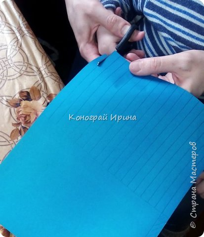 Для поделки нам понадобились: цветная двухсторонняя бумага, клей, ножницы, цветные маркеры. фото 3