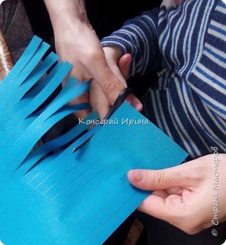 Для поделки нам понадобились: цветная двухсторонняя бумага, клей, ножницы, цветные маркеры. фото 4