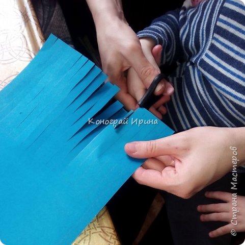 Для поделки нам понадобились: цветная двухсторонняя бумага, клей, ножницы, цветные маркеры. фото 5