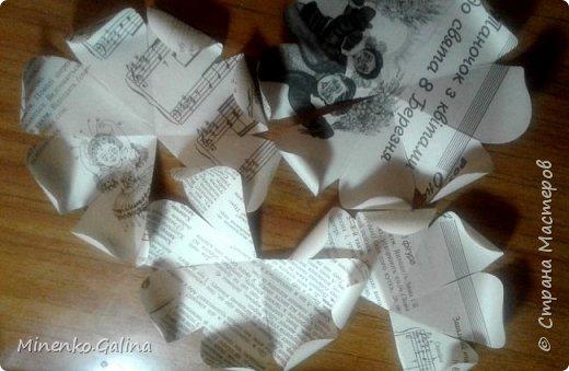 Всем доброго времени суток.Сегодня хочу показать, какие цветы из старых журналов делали мы с детьми на экоконкурс в дополнении к вазам, сделанными своими руками.Работы уехали на выставку, а я решила и себе домой сделать такие же. фото 8