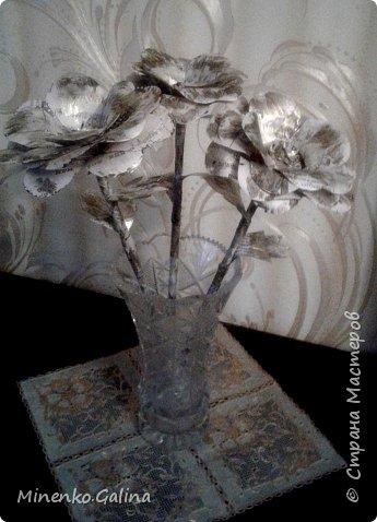 Всем доброго времени суток.Сегодня хочу показать, какие цветы из старых журналов делали мы с детьми на экоконкурс в дополнении к вазам, сделанными своими руками.Работы уехали на выставку, а я решила и себе домой сделать такие же. фото 1