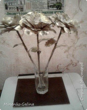 Всем доброго времени суток.Сегодня хочу показать, какие цветы из старых журналов делали мы с детьми на экоконкурс в дополнении к вазам, сделанными своими руками.Работы уехали на выставку, а я решила и себе домой сделать такие же. фото 16
