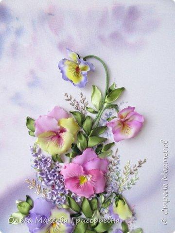 Доброго времени суток СМ!  Я очень люблю анютки и каждую весну, как только у нас в Краснодаре на улицах расцветают эти яркие и красивые цветочки, мне хочется их вышивать. Вот и наступил очередной приступ! Прошу оценить мою работу.  Картина вышита на габардине, фон и МК Ларисы Тороп. Работа вышита с чистого листа, размер 27 на 42 см. Зелень вышита лентами фирмы Мажестик.иск. шелк. Цветы сделаны из стрейч крепдешина, тонировка до вышивки. фото 2