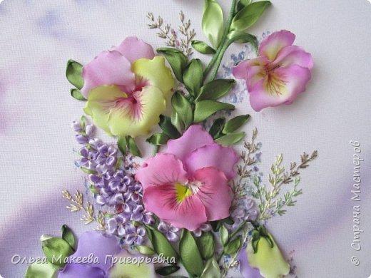 Доброго времени суток СМ!  Я очень люблю анютки и каждую весну, как только у нас в Краснодаре на улицах расцветают эти яркие и красивые цветочки, мне хочется их вышивать. Вот и наступил очередной приступ! Прошу оценить мою работу.  Картина вышита на габардине, фон и МК Ларисы Тороп. Работа вышита с чистого листа, размер 27 на 42 см. Зелень вышита лентами фирмы Мажестик.иск. шелк. Цветы сделаны из стрейч крепдешина, тонировка до вышивки. фото 4