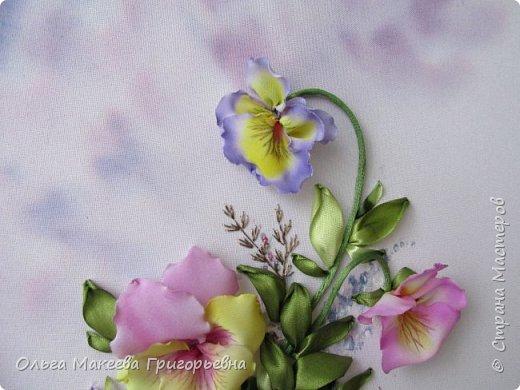 Доброго времени суток СМ!  Я очень люблю анютки и каждую весну, как только у нас в Краснодаре на улицах расцветают эти яркие и красивые цветочки, мне хочется их вышивать. Вот и наступил очередной приступ! Прошу оценить мою работу.  Картина вышита на габардине, фон и МК Ларисы Тороп. Работа вышита с чистого листа, размер 27 на 42 см. Зелень вышита лентами фирмы Мажестик.иск. шелк. Цветы сделаны из стрейч крепдешина, тонировка до вышивки. фото 3