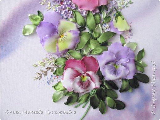 Доброго времени суток СМ!  Я очень люблю анютки и каждую весну, как только у нас в Краснодаре на улицах расцветают эти яркие и красивые цветочки, мне хочется их вышивать. Вот и наступил очередной приступ! Прошу оценить мою работу.  Картина вышита на габардине, фон и МК Ларисы Тороп. Работа вышита с чистого листа, размер 27 на 42 см. Зелень вышита лентами фирмы Мажестик.иск. шелк. Цветы сделаны из стрейч крепдешина, тонировка до вышивки. фото 5