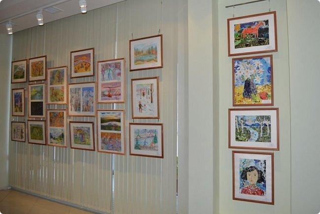 """Здравствуйте, дорогие друзья! Я к вам с очередным фотоотчётом)) Приглашаю вас на отчётную выставку творческих работ учащихся отделения """"Изобразительное искусство"""" нашей детской школы искусств. Детское изобразительное творчество - это откровение и чистота... Потому что искренне, честно, пусть наивно, не всегда по правилам искусства, зато по правилам жизни: бескорыстно, справедливо и правдиво.  На выставке представлено около двухсот работ учащихся школы искусств, выполненные за последние два года. фото 77"""