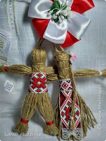 """1 марта во многих странах празднуют приход весны, в каждой есть свои традиции прощания с зимой. В Молдове этот праздник называется """"Марцишор"""". Одноименное название имеет и сувенир,который люди в этот день дарят своим близким,друзьям,коллегам. Чаще всего это нагрудная брошь в виде двух цветков красного и белого цвета. Кому станет интересно,можете погуглить легенду о Мэрцишоре. Такую брошь, как правило, носят весь март. Дарят также и сувениры в данной тематике. Представляю вам некоторые свои работы,сделанные на заказ в моем любимом """"шпагатном"""" стиле. фото 1"""