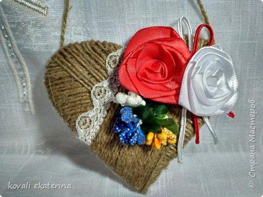 """1 марта во многих странах празднуют приход весны, в каждой есть свои традиции прощания с зимой. В Молдове этот праздник называется """"Марцишор"""". Одноименное название имеет и сувенир,который люди в этот день дарят своим близким,друзьям,коллегам. Чаще всего это нагрудная брошь в виде двух цветков красного и белого цвета. Кому станет интересно,можете погуглить легенду о Мэрцишоре. Такую брошь, как правило, носят весь март. Дарят также и сувениры в данной тематике. Представляю вам некоторые свои работы,сделанные на заказ в моем любимом """"шпагатном"""" стиле. фото 2"""