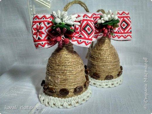 """1 марта во многих странах празднуют приход весны, в каждой есть свои традиции прощания с зимой. В Молдове этот праздник называется """"Марцишор"""". Одноименное название имеет и сувенир,который люди в этот день дарят своим близким,друзьям,коллегам. Чаще всего это нагрудная брошь в виде двух цветков красного и белого цвета. Кому станет интересно,можете погуглить легенду о Мэрцишоре. Такую брошь, как правило, носят весь март. Дарят также и сувениры в данной тематике. Представляю вам некоторые свои работы,сделанные на заказ в моем любимом """"шпагатном"""" стиле. фото 3"""