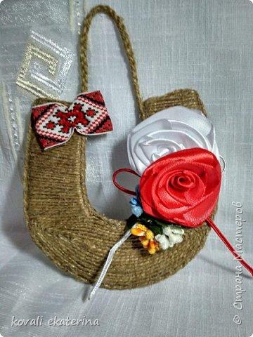"""1 марта во многих странах празднуют приход весны, в каждой есть свои традиции прощания с зимой. В Молдове этот праздник называется """"Марцишор"""". Одноименное название имеет и сувенир,который люди в этот день дарят своим близким,друзьям,коллегам. Чаще всего это нагрудная брошь в виде двух цветков красного и белого цвета. Кому станет интересно,можете погуглить легенду о Мэрцишоре. Такую брошь, как правило, носят весь март. Дарят также и сувениры в данной тематике. Представляю вам некоторые свои работы,сделанные на заказ в моем любимом """"шпагатном"""" стиле. фото 4"""