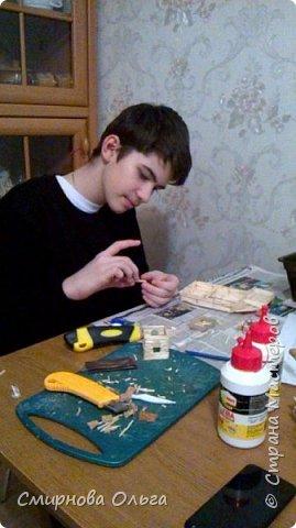 """Мой сынуля с раннего детства хорошо рисовал. С двух лет складывал Лего. Уже с 6 лет никто не нужен был, чтобы разобраться в схемах. Но вот что-то такого..., что можно самому делать, не приходилось.  Началось с того, что на урок труда учитель принёс спички и клей столярный. Немного отвлекусь... Дело в том, что уроки трудового обучения сейчас, в 7 классе...совсем не такие, как раньше. Нет станков, нет сделанных стульев...НИ ЧЕ ГО! В нашей школе даже нет кабинета труда для мальчиков. Его переоборудовали в простой учебный кабинет. И ребята , когда тепло, ходят мусор убирать, а когда холодно...., учитель выдумывает -чем бы их занять.... И всё """"за свои"""", кровные... Так вот... Сын просто """"загорелся""""...""""мама, купи спичек и клей. Я буду работать.... фото 9"""
