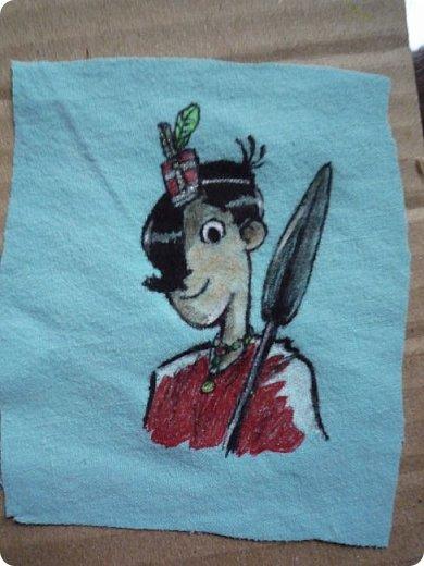 """На этот раз я с не обычными рисунками) А с рисунками на ткани. Как так? Всё просто... Я расскажу, как у меня появилось вдохновение))) А началось всё с того, что я не рассчитала выкройку, и в итоге футболка на куклу оказалась не то, чтобы мала, но туго налезала. И я в порыве чувств выбросила ее, а на обрезках, которые валялись рядом, начала мазюкать ручкой, которой переводила на ткань выкройку. А потом такая подумала: """"И чего зря порчу, лучше нарисую что-нибудь стоящее"""". А потом узрела книжку, и давай перерисовывать)))     Итак, это Агата Мистери, из одноименной серии книг Сэра Стива Стивенсона.    Двенадцать лет, будущая писательница детективных романов; обладает феноменальной памятью.  фото 4"""