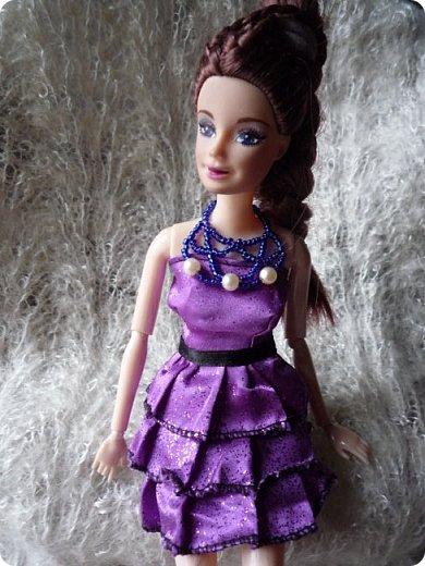 На этот раз действительно всего понемножку)))  Ну для начала... Сделала бусы для Джулии из бисера. Платье на ней покупное, потому что мало-мальски нормальную одежду я еще ей не шила. фото 1