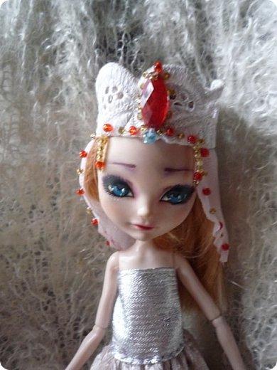 На этот раз действительно всего понемножку)))  Ну для начала... Сделала бусы для Джулии из бисера. Платье на ней покупное, потому что мало-мальски нормальную одежду я еще ей не шила. фото 8