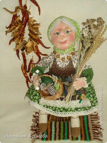 Знахарка, старушка- травница.... Никакой магии и колдовства, только деревенские травы ( базилик, душица, липовый цвет, овёс, пшеница..) Куклы сшита в технике скульптурный текстиль из капрона и синтепона, тельце и ножки-из ткани.   фото 1