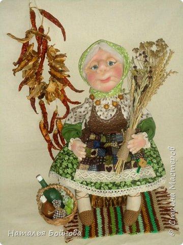 Знахарка, старушка- травница.... Никакой магии и колдовства, только деревенские травы ( базилик, душица, липовый цвет, овёс, пшеница..) Куклы сшита в технике скульптурный текстиль из капрона и синтепона, тельце и ножки-из ткани.   фото 3