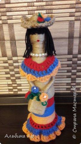 Здравствуйте! Куклу уже показывала одним фото. Здесь поподробней. Пластиковые бутылки, корзина- коробочка от лекарств, руки- трубочки коктейльные фото 2